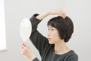 女性の頭頂部の薄毛の原因と改善対策|育毛グッズ~髪型まで完全ガイド