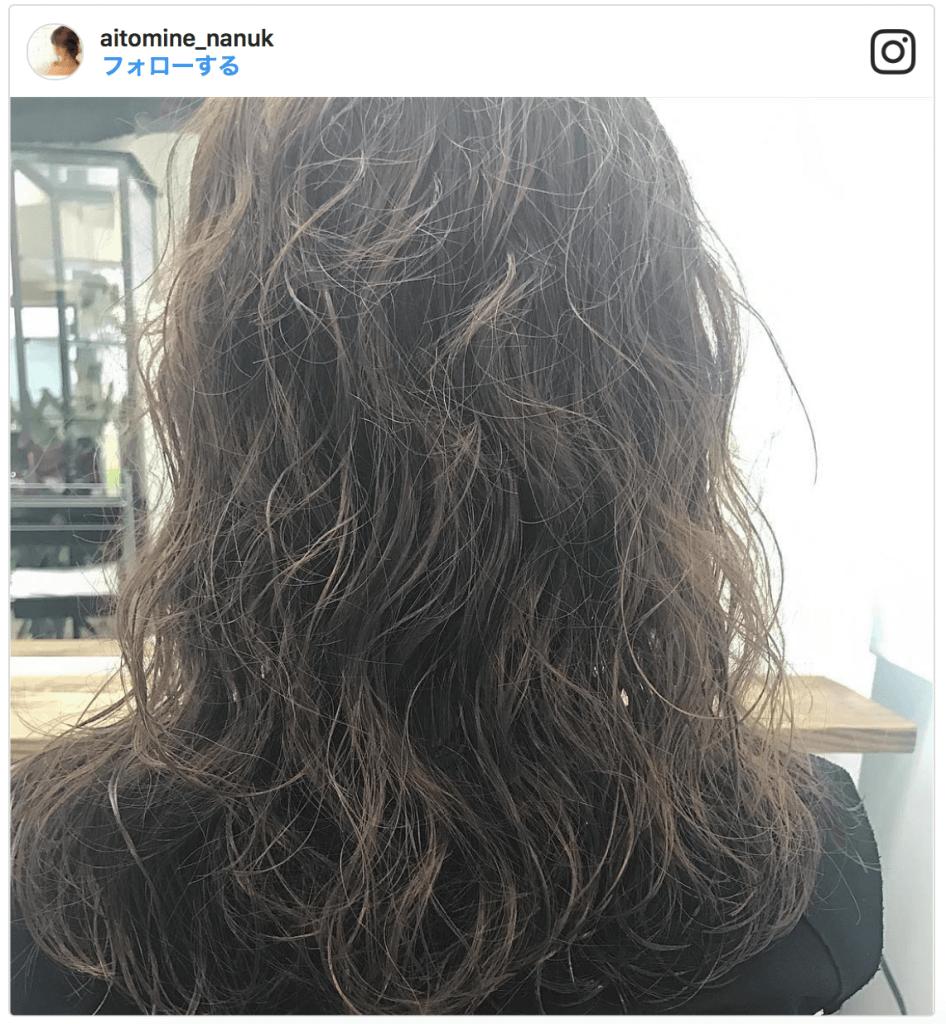 髪をボリュームアップさせる髪型「パーマをかける」